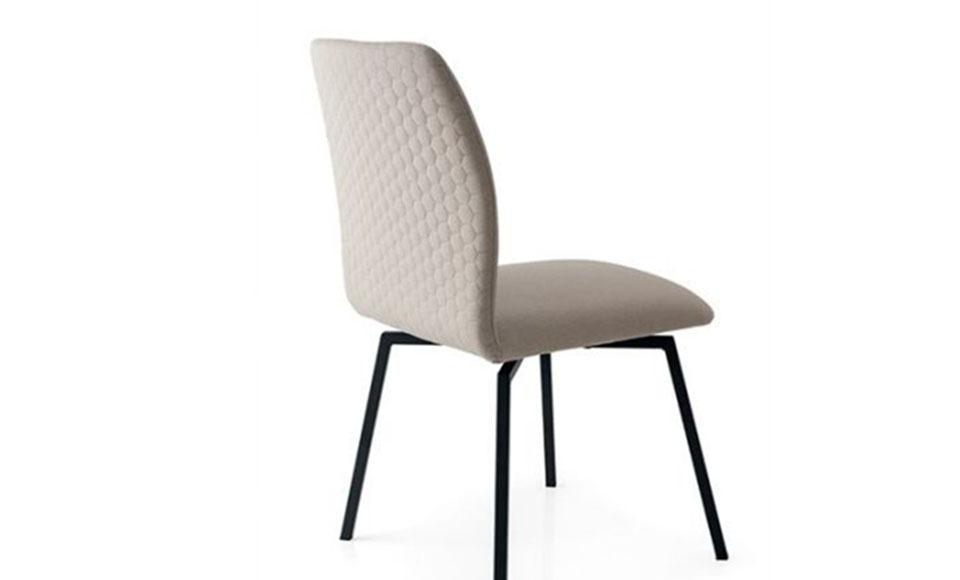 Μπεζκαρέκλα κουζίνας Hexa CB1977 με μεταλλικό σκελετό και μονοκόμματο κάθισμα με επένδυση ύφασμακαι ελαφρώς εξαγωνικό σχήμα του καθίσματος της εταιρείας Connubia Calligaris