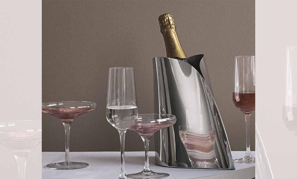 Σαμπανιέρα Indulgence κατασκευασμένη από ανοξείδωτο ατσάλι σε γυαλιστερό καθρέφτη που αναδεικνύει την ρευστή φόρμα της εταιρείας Georg Jensen